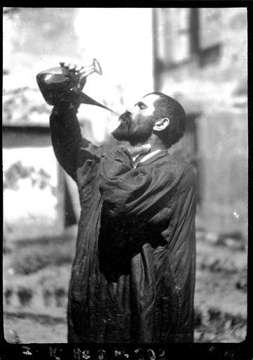 Buveur à la régalade dégustant un vin1935